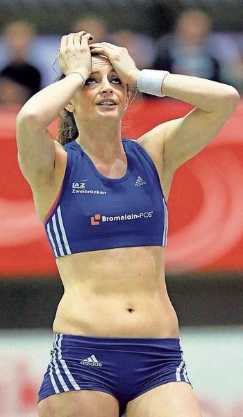 Ist es wahr? Kristina Gadschiew kann es noch gar nicht fassen, dass sie sich am Samstagnachmittag die Deutsche Meisterschaft im Stabhochsprung in Dortmund gesichert hat.