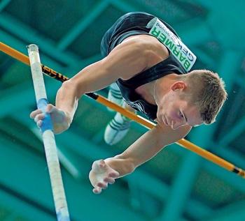 LAZ-Stabhochspringer Lukas Hallanzy hat sich bei den Deutschen Jugendmeisterschaften mit einer neuen Bestleistung von 5,20 Meter zu Gold katapultiert