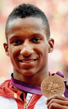 Glücklich hat Raphael Holzdeppe bei der Siegerehrung seine olympische Bronzemedaille entgegengenommen