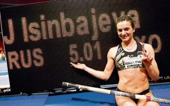 Yelena Isinbayeva bejubelt ihren neuen Hallen-Weltrekord von 5,01 Metern